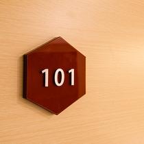 【ルームプレート】3階建て全10室のホテルです
