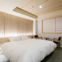 【ダブル】ベッドはキングサイズ。柔らかな照明が落ち着くお部屋