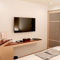 【ダブル】壁掛けテレビとカウンター拭き漆