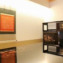 *【スイート】京漆器の調度品が美しいワンランク上のお部屋(飾棚「草加蒔絵」)