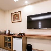 【ジュニアスイート】壁掛けテレビとカウンター拭き漆