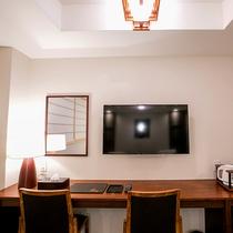 【ツイン】壁掛けテレビとカウンター拭き漆
