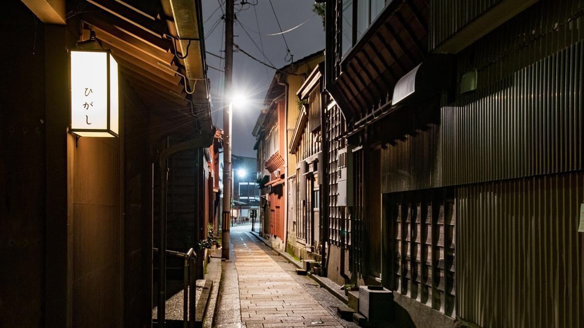 *【ひがし茶屋街】格子から漏れる灯りや三味線の音などしっとりとした雰囲気に。