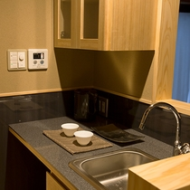 ミニキッチンを各客室に設えています。近隣の市場などで買った食材をお部屋で食べることも可能。