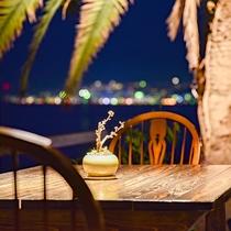 *【中庭】夜はライトアップされてリゾートのような雰囲気に。