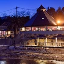 *【レストラン外観】夜はライトアップされます。