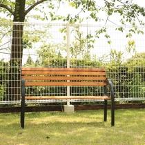 【D+KIRISHIMA】【ドッグラン】ほっと休めるベンチも完備しています。