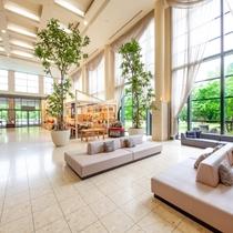 霧島観光ホテルのロビーです。天井まで続く窓からは自然の陽光が降り注ぎます。