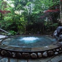 露天風呂もみじの湯(露天)桜島の溶岩を使用した露天風呂です。