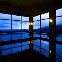 展望風呂(夜の雰囲気)大窓からは海と山の大自然を一望できます。