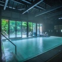 露天風呂もみじの湯(内湯)四季の移ろいを愉しみながら湯浴ができます。