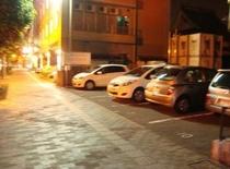 夜の屋外駐車場