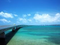 伊良部島と宮古島を結ぶ伊良部大橋。橋上からはウミガメが泳いでいるのも見えます。