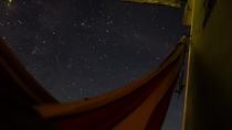 夜のテラスではハンモックに寝そべって夜空を眺められます。
