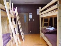 10畳洋室(2段ベッド3台)
