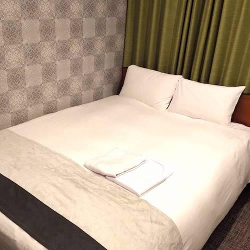 シモンズのダブルベッドを用意したセミダブルルーム(一例)