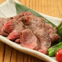 宮崎県産エモー牛もも肉炭火焼きステーキ1例/やひろ丸錦港まではホテルから徒歩4分!