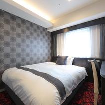 クイーンサイズベッドでゆったり休めるダブルルーム