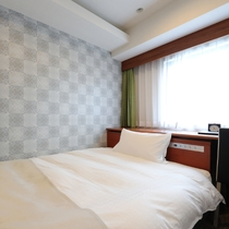 コンパクトで機能的、ダブルベッドで休めるシングルルーム