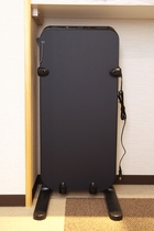 ズボンプレッサーは各階エレベーター前にございます。