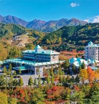 紅葉に燃える木曽の山並みに囲まれたホテル