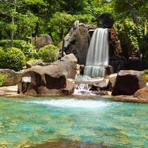 庭園露天風呂の奥には厳選の流れる滝が