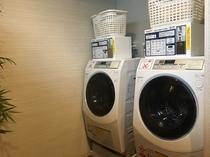 男女大浴場脱衣場には全自動洗濯乾燥機を設置しています。
