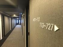 落ち着いた色調の客室フロア廊下