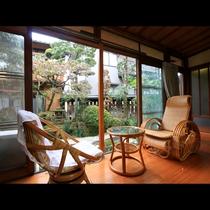 客室からは四季で変わる日本庭園をお愉しみ下さい