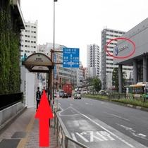 【ホテルまでの行き方①-6】シビックホールを右手に見ながら直進