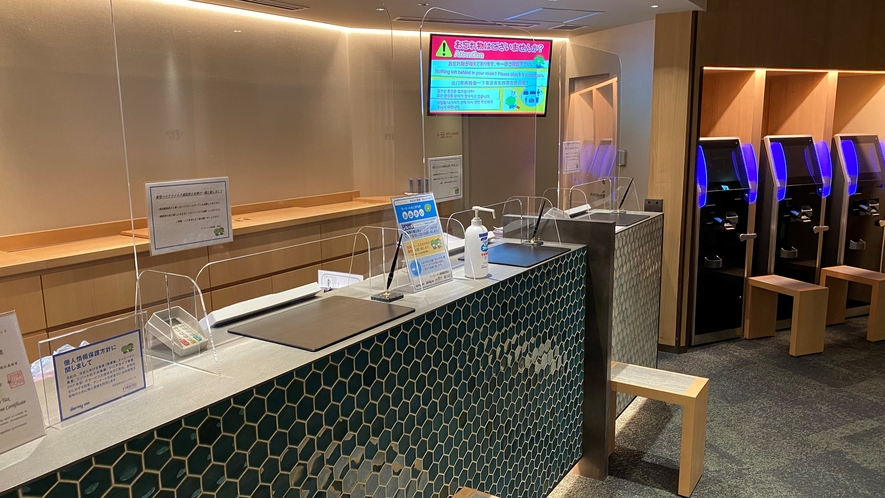 2階フロントカウンター※感染症拡大防止のため透明アクリルボードを設置しています