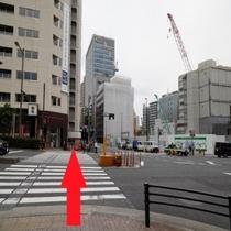 【ホテルまでの行き方①-3】横断歩道を渡り