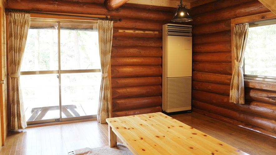 *[コテージ一例]高い天井、太い丸太の梁、天窓にある広いロフト。清々しい木々の香りいっぱいのコテージ