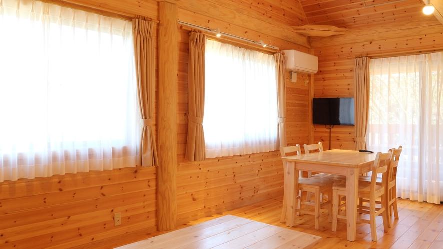 *【コテージ/1階】木のぬくもりと香りを感じるシンプルな室内。