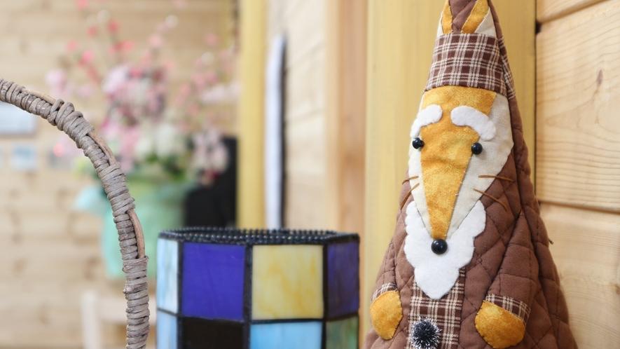 *【施設】館内では手作りの人形もお出迎えいたします。