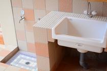 外にも足洗い場、水場とシャワー・トイレがあります。