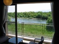 【和室10畳】和室からの望む利根川の風景。