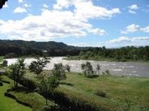 客室からの開放感ある景色と清流利根川