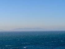 うっすら浮かぶ島は長崎