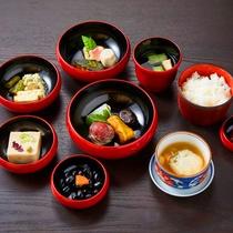 【朝食】精進鉄鉢料理 京のまちの魅力を四季のいろどりとともに朱塗りの鉄鉢に美しく盛りつけました