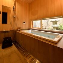 レインシャワー付きの檜張りの浴室 灯篭を眺めながら・・・
