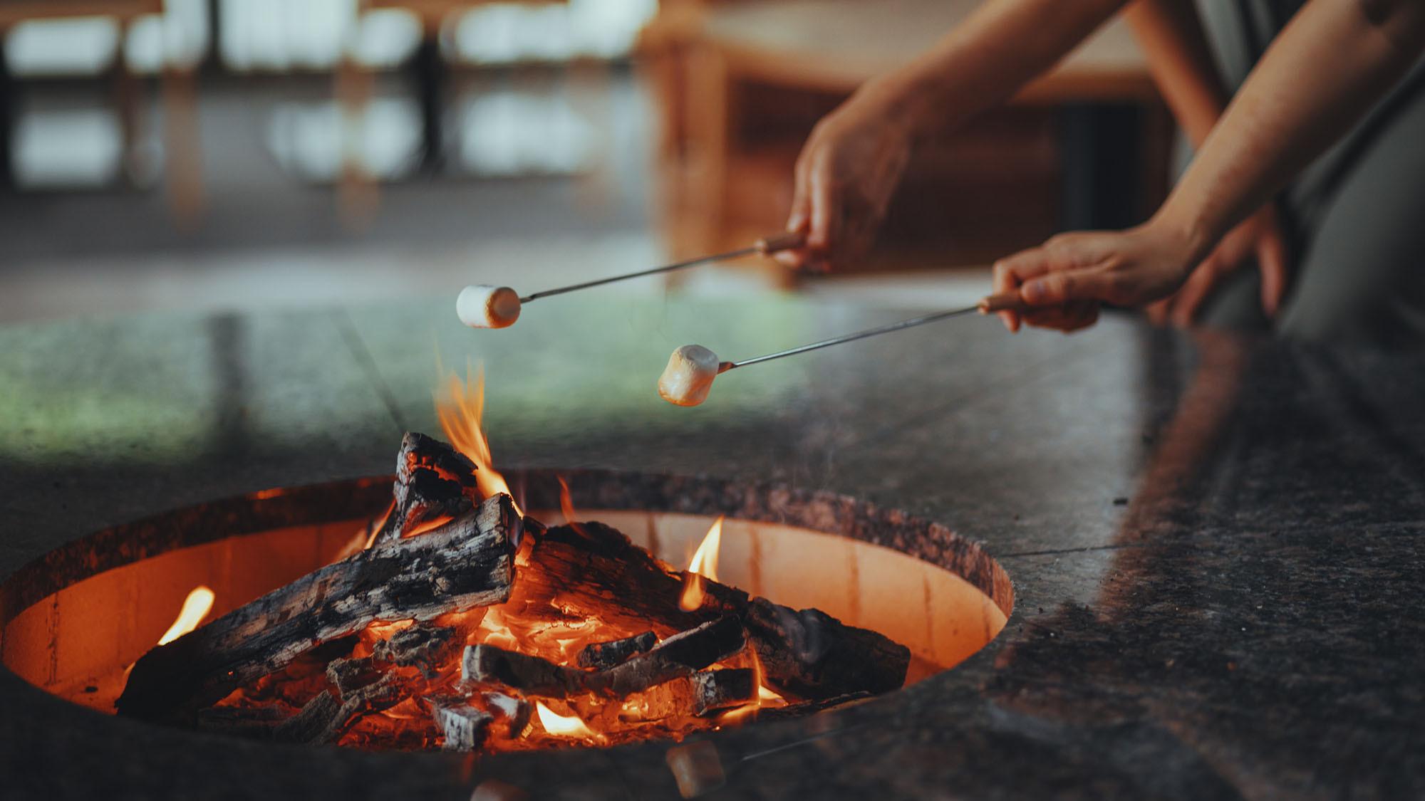 森の暖炉のマシュマロ焼き