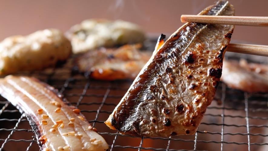 香ばしい薫りがしたら食べごろ。日替わりの干物と練り物の炙りバイキング(朝食イメージ)