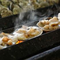 【山武水産】炉端焼きの大アサリやサザエの壺焼きの他、海鮮丼や生しらす丼も人気(徒歩3分)