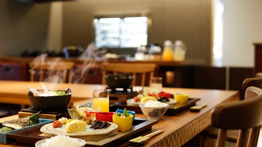 湊小宿の「朝ごはん」は和朝食セットとともに干物や練り物を炙りバイキングでお愉しみいただけます