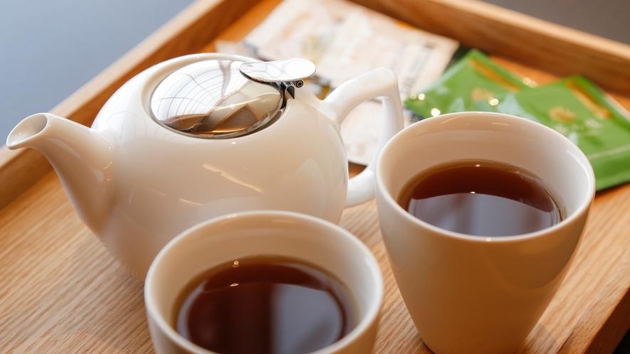 客室には無料の紅茶・日本茶・ミネラルウォーターをご用意。コーヒー・ジュースは1Fラウンジにて(無料)