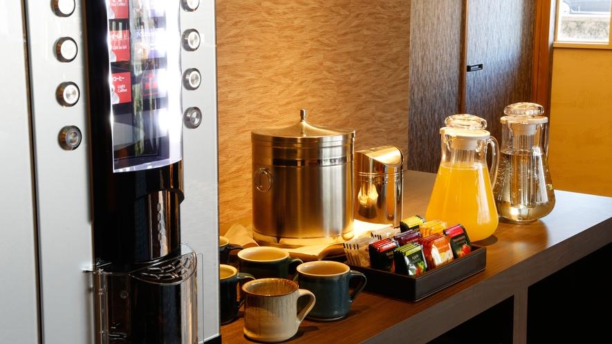 【フリーラウンジ】無料で愉しめる各種ドリンクとコーヒーマシン