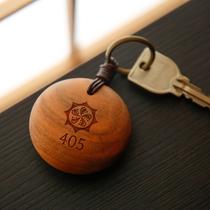 お部屋の鍵には手触りの良い木製のキーホルダーを採用しました。