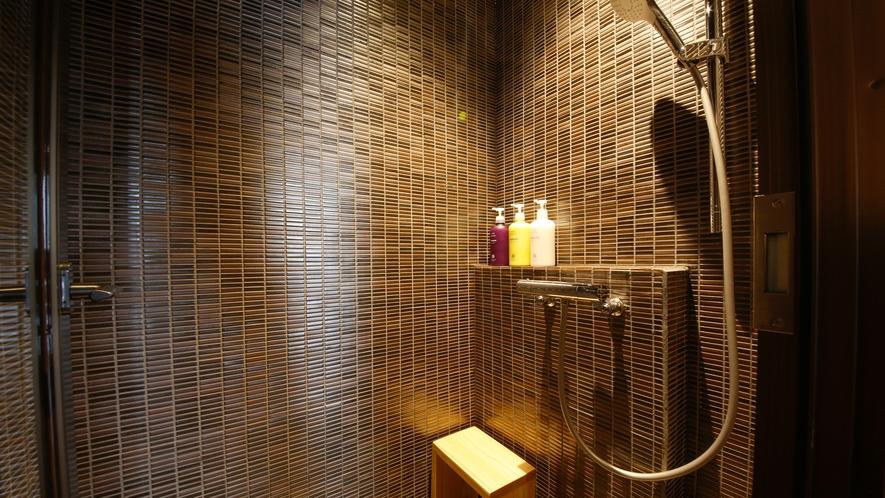客室の浴室は全てシャワーブースです。温泉浴場では湯船に浸かってゆったりとしたご入浴をお愉しみ頂けます