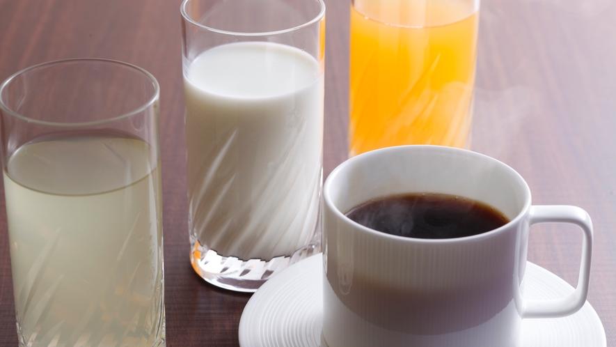 朝食時にはフリードリンクのお茶やジュース、食後のコーヒーをご用意しています(朝食イメージ)